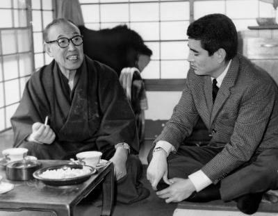 映画監督の内田吐夢さんと語らう高倉健さん=1963年4月0日