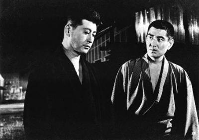 1965年公開の映画「昭和残俠伝」での高倉健さん(右)©東映