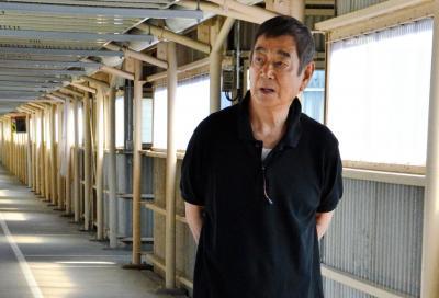 映画「あなたへ」のロケが行われた富山刑務所の廊下に立つ高倉健さん=2012年8月26日、富山市西荒屋