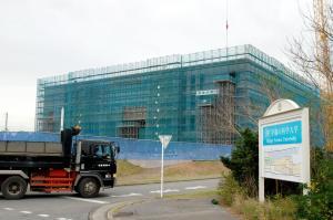 トラックが行き交う「幸福の科学大」校舎の建設地。体育館や食堂、学生寮の建設も進められている=2014年11月6日、千葉県長生村