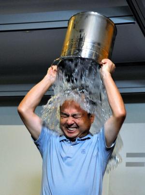 バケツに入った氷水を頭からかぶるソフトバンクの孫正義社長=2014年8月20日
