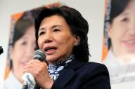 新潟5区で落選確実の報を受け、支持者にあいさつする田中真紀子氏=2012年12月16日