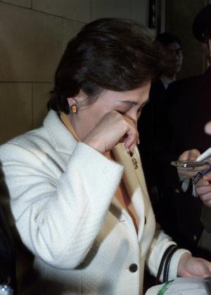 「私は一生懸命仕事をやっているのに」と、涙ながらに記者団に話す田中真紀子氏=2002年1月25日