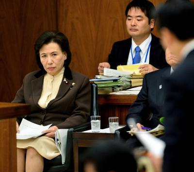 衆院文部科学委員会で質問を聞く田中真紀子氏=2012年11月7日