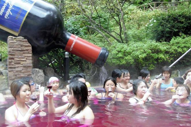 2005年の「ボージョレ・ヌーボー」で満たした風呂を楽しむ観光客ら。実はこの年の前評判が過去10年で1番高かった・・・=2005年11月17日