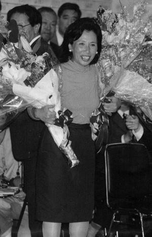 衆議院議員に初当選し、喜びの表情の田中真紀子氏=1993年7月18日