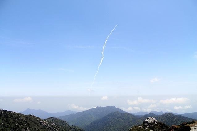 屋久島の黒味岳山頂から見えたH2Aロケット24号機=5月24日撮影、屋久島アウトドアガイド島結提供