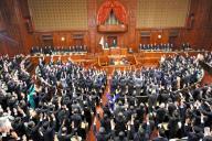 本会議で解散詔書が読み上げられ、万歳する衆院議員たち=21日午後1時14分、西畑志朗撮影