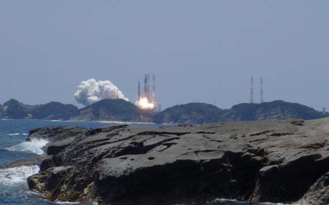 発射場の北約4キロメートルの海岸から見た、H2Aロケット24号機=5月24日撮影、「OCEAN GUIDES」提供