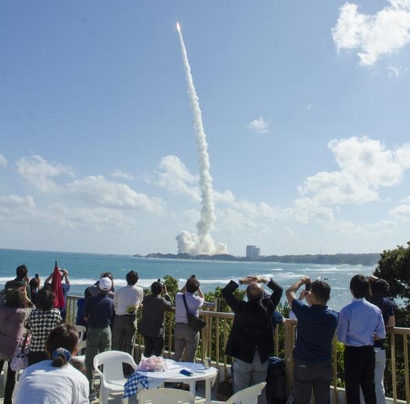 10月7日に打ち上げられたH2Aロケット25号機の打ち上げを見る人たち=鹿児島県南種子町の湯治宿「恵美之湯」の屋上で、「恵美之湯」提供