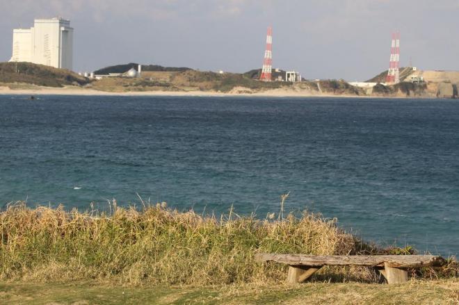 種子島宇宙センター内にある浜辺。射場を望む場所に古びた木製ベンチがただずむ=鹿児島県南種子町