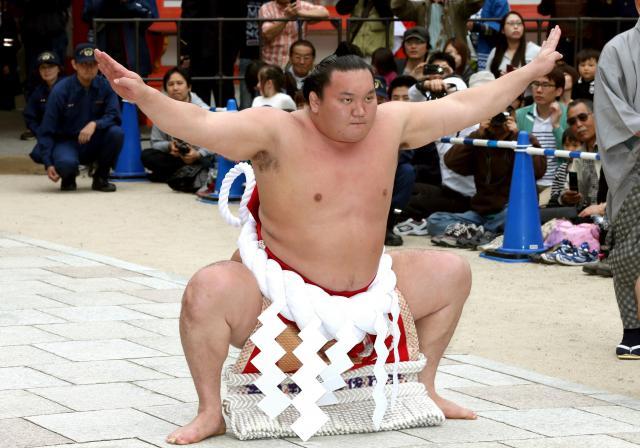 土俵入りを奉納する白鵬=上田幸一撮影