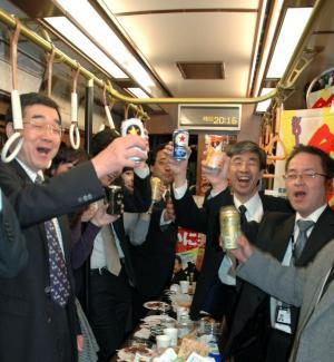 都電の車内で乾杯する参加者。ここまで変わっていれば、事前告知もあると思いますが・・・=東京都荒川区の都電荒川車庫、2009年12月9日