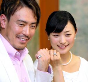 2009年6月の結婚会見でペアリングを見せる皆川賢太郎(左)と上村愛子