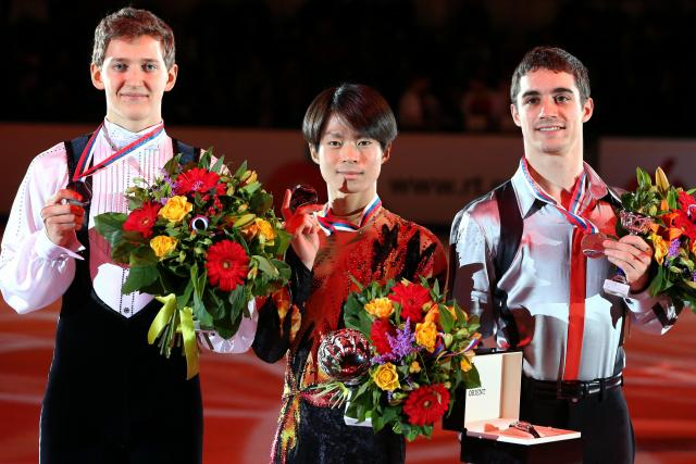 ロシア杯男子で優勝しメダルを手にする町田樹(中央)、2位のマクシム・コフトゥン(左)、3位のハビエル・フェルナンデス=2013年11月24日、川村直子撮影