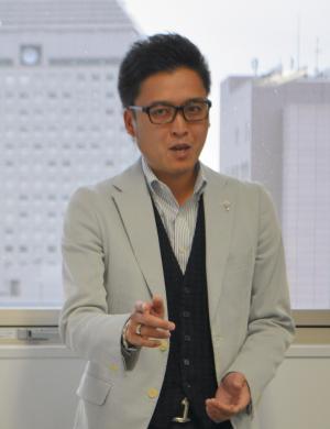 攻めの極意を語る「宝石みのわ」の箕輪泰章社長。調査では新潟市民の約9割が知っていた。対する峯岸みなみさんは約4割だった=2014年11月14日、新潟市内で