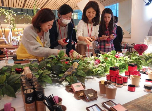 興味があるコスメを選ぶ参加者の女性たち=26日、都内で。写真や動画はすべて笹井継夫撮影