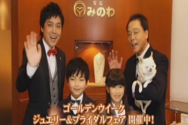 「宝石みのわ」の箕輪泰章社長(左)。新潟市民への調査ではAKB48の峯岸みなみさんよりも知名度が高かった