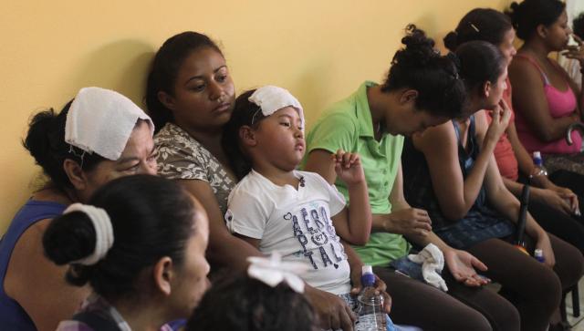 ホンジュラスの首都テグシガルパで、診療を待つ人々=ロイター