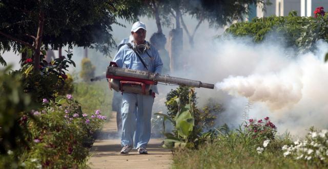ニカラグアの首都マナグアで、蚊を駆除する保健従事者=ロイター