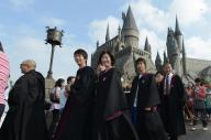 コスチュームを身にまとい、ホグワーツ城に入場するため列に並ぶ人たち=2014年7月15日、大阪市此花区、竹花徹朗撮影