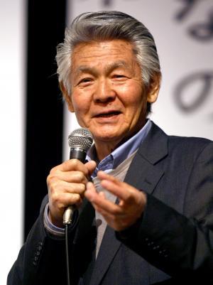 自らが実践する有機農法を語る菅原文太さん=2012年10月17日、甲府市