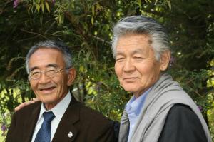 晩年は農業生産法人を立ち上げた菅原さん。「奇跡のリンゴ」の木村秋則さん(左)とも交流が深かった=2012年10月17日、甲府市