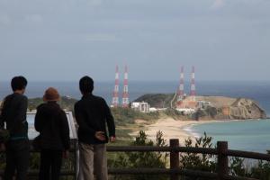はやぶさ2の打ち上げが延期となり、発射台を眺める見学者=2014年12月1日、鹿児島県の種子島宇宙センター、竹谷俊之撮影