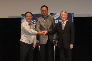 感動の「はやぶさ」帰還は映画にもなった。宇宙航空研究開発機構の教授川口淳一郎さん(右)と、川口さんがモデルの役を演じた渡辺謙さん(中)、トヨタ自動車の豊田章男社長。今回の「はやぶさ2」、帰還はしない予定・・・