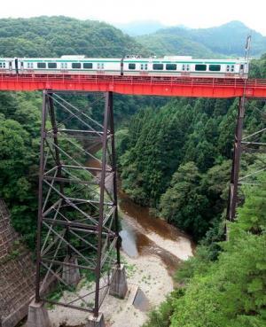 熊ケ根鉄橋は架けられてから80年以上がたつが、今も現役だ=東北福祉大鉄道交流ステーション提供