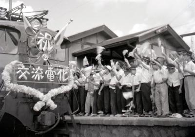 歓声の中、北仙台駅を発車する交流電化の一番列車=内田克男さん撮影
