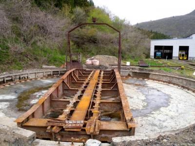 地元有志らによって土砂が取り除かれ、姿を現した仙山線作並駅の転車台。駅構内にあって危険なため、近づくことはできない
