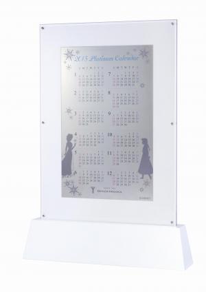 板状の純プラチナに図柄などを施したカレンダー(C)Disney