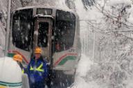 停電で立ち往生するJR仙山線の快速列車。実は、新幹線につながる電化・高速化の「先進路線」だった=3日、山形市山寺、JR東日本仙台支社提供