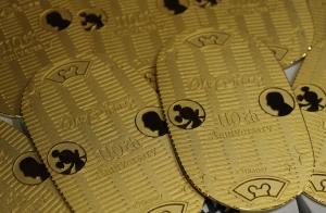 ウォルト・ディズニー生誕110周年を記念した純金の大判=東京都中央区