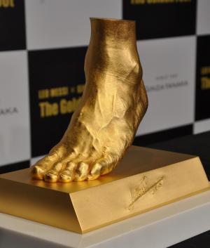 メッシ選手の「黄金の左足」の純金オブジェ