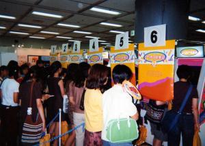 1996年、ゲームセンターに並んだ「プリント倶楽部2」に列をなす少女たち=セガ提供