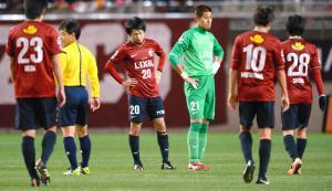 試合に敗れ、うなだれる鹿島の選手たち=2014年12月6日、白井伸洋撮影