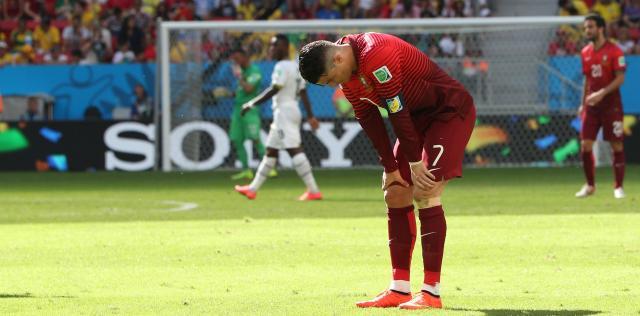 W杯1次リーグ最終戦、決勝トーナメント進出が遠のき、ひざに手をつくポルトガルのロナルド=2014年6月26日、上田潤撮影