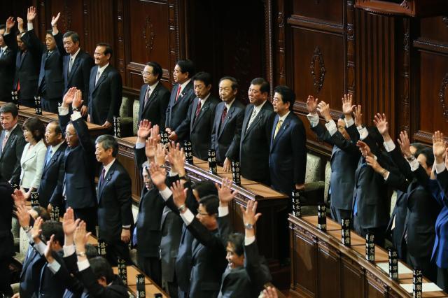 衆議院が解散され、万歳三唱する議員たち=11月21日、西畑志朗撮影