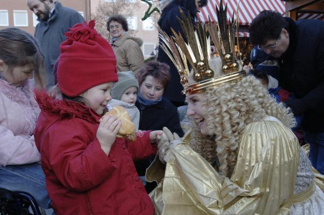 ニュルンベルクのクリスマスマーケットでのクリストキント(2005年)©Congress- und Tourismuszentrale Nürnberg