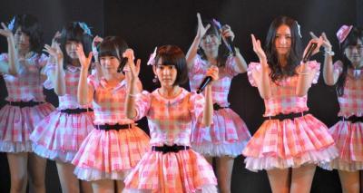 劇場公演などで歌っている曲を歌う宮脇咲良さん(中央)らチームKⅣのメンバー。宮脇さんは鹿児島県出身=HKT48劇場