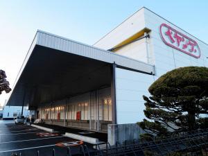 生産休止を決めた、まるか食品の本社工場=群馬県伊勢崎市、上田雅文撮影
