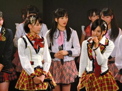 前列右が兒玉遥さん。兒玉さんは福岡県出身=HKT48劇場