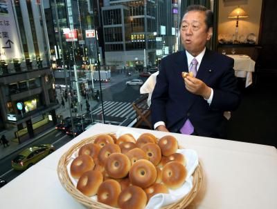 田中角栄元首相が愛したあんパンを味わう小沢一郎氏。「政治の父」と仰ぎ、ロッキード事件裁判の傍聴を欠かさなかった=2014年1月17日
