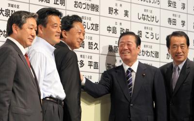 民主党が大勝し政権交代を決めた衆院選で、当選者の名前に花をつける鳩山代表(中央左)と小沢一郎代表代行(同右)。権勢の絶頂だった=2009年8月30日
