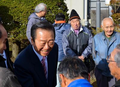 支持者に囲まれる小沢一郎氏。後援組織の「弱体化」が指摘されていた=2014年12月6日、岩手県花巻市