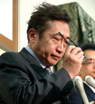 代表辞任を表明し、会見に臨むみんなの党の渡辺喜美代表=2014年4月7日
