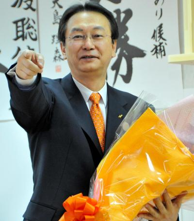 小選挙区での当選が確実となり、花束を受け取る江渡聡徳氏=青森県十和田市の選挙事務所、2014年12月14日