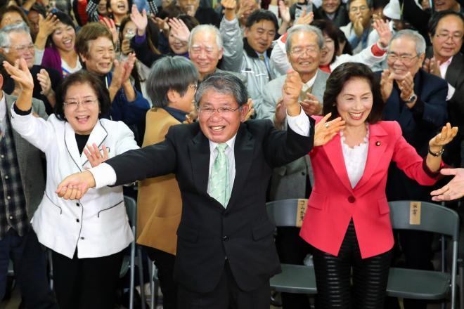 沖縄の踊り「カチャーシー」を踊って当選を喜ぶ赤嶺政賢氏(中央)。翁長雄志知事も応援に駆けつけるという異例の展開に。右は糸数慶子・参院議員、左は城間幹子・那覇市長=那覇市